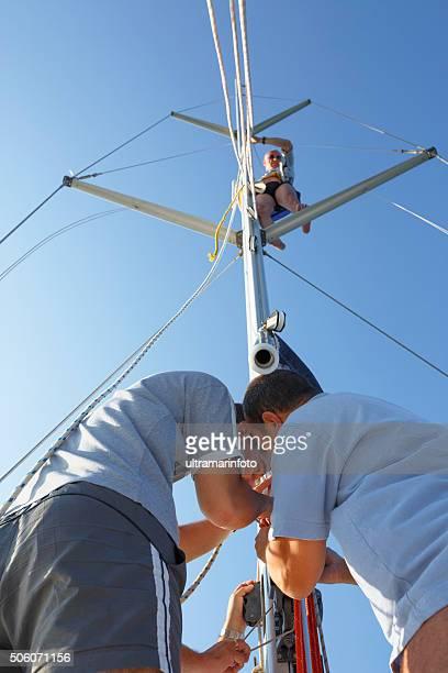 Équipe de voile de marins rapiéçages déchirés nautique