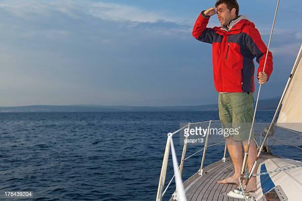 Seemann seine Augen abschirmen