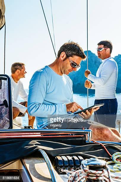 Marinaio utilizzando talea digitale in barca a vela