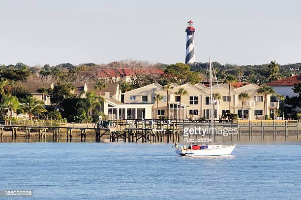 Saint Augustine, Florida, Leuchtturm und am Wasser gelegenen Häusern