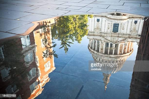 La cathédrale Saint-Paul, sur une flaque