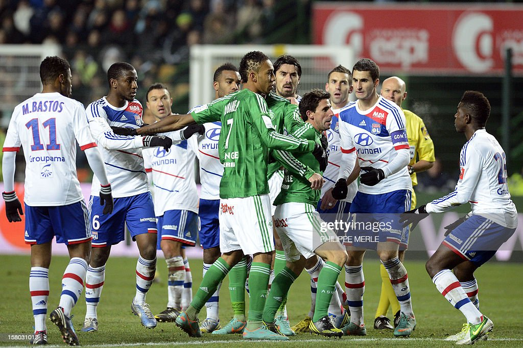 Saint-Etienne's Argentinian midfielder Alejandro Alonso (3rd R) clashes with Lyon defender Samuel Umtiti (R) on December 9, 2012 during a French L1 football match at the Geoffroy-Guichard stadium in the central city of Saint-Etienne. MERLE
