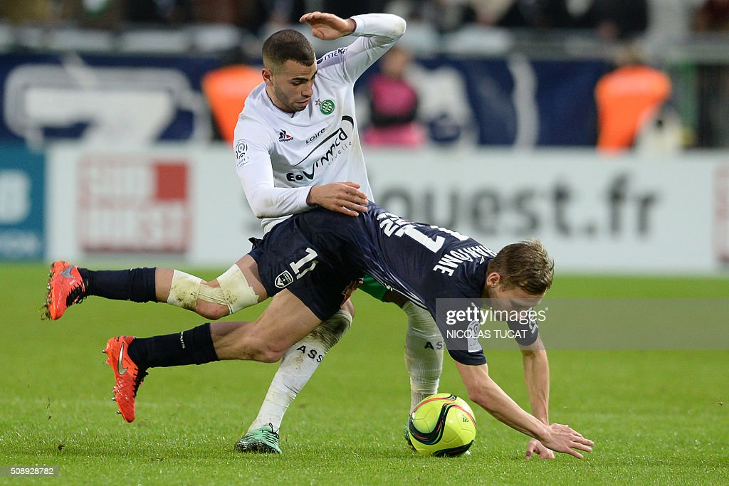 Saint-Etienne's forward Oussama Tannane (L) vies for the ball with Bordeaux' French midfielder Clement Chantome (R) during the French L1 football match between Bordeaux (FCGB) and Saint-Etienne (ASSE) on February 7, 2016, at the Matmut Atlantique stadium in Bordeaux, southwestern France. AFP PHOTO / NICOLAS TUCAT / AFP / NICOLAS TUCAT