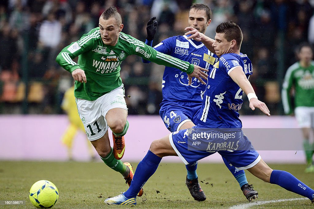Saint'Etienne's French forward Yohan Mollo (L) vies with Bastia's French defender Jeremy Choplin (R) during the French L1 football match AS Saint-Etienne (ASSE) vs Bastia (SCB) on January 27, 2013, at the Geoffroy Guichard Stadium in Saint-Etienne, central France. AFP PHOTO / JEFF PACHOUD