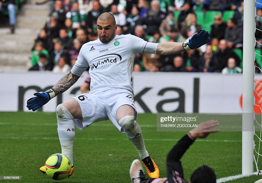 Saint-Etienne's French goalkeeper Stephane Ruffier (C) stops the ball during the French L1 football match between Saint Etienne and Toulouse at the Geoffroy Guichard stadium in Saint Etienne, central France, on April 30, 2016.