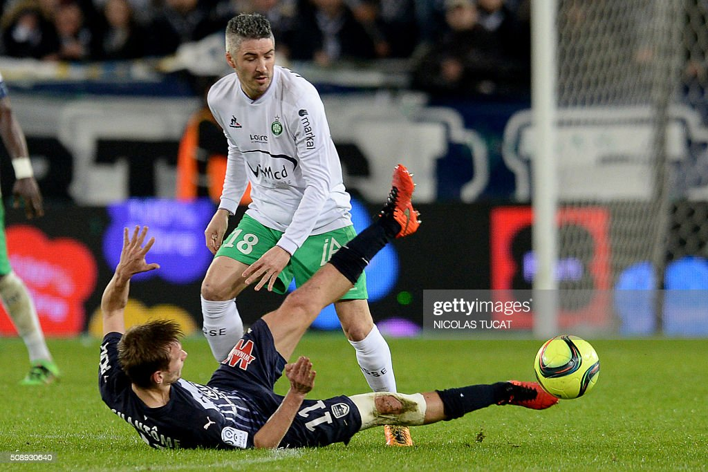 Saint-Etienne's French midfielder Fabien Lemoine (R) vies for the ball with Bordeaux's French midfielder Clement Chantome (L) during the French L1 football match between Bordeaux (FCGB) and Saint-Etienne (ASSE) on February 7, 2016, at the Matmut Atlantique stadium in Bordeaux, southwestern France. AFP PHOTO / NICOLAS TUCAT / AFP / NICOLAS TUCAT