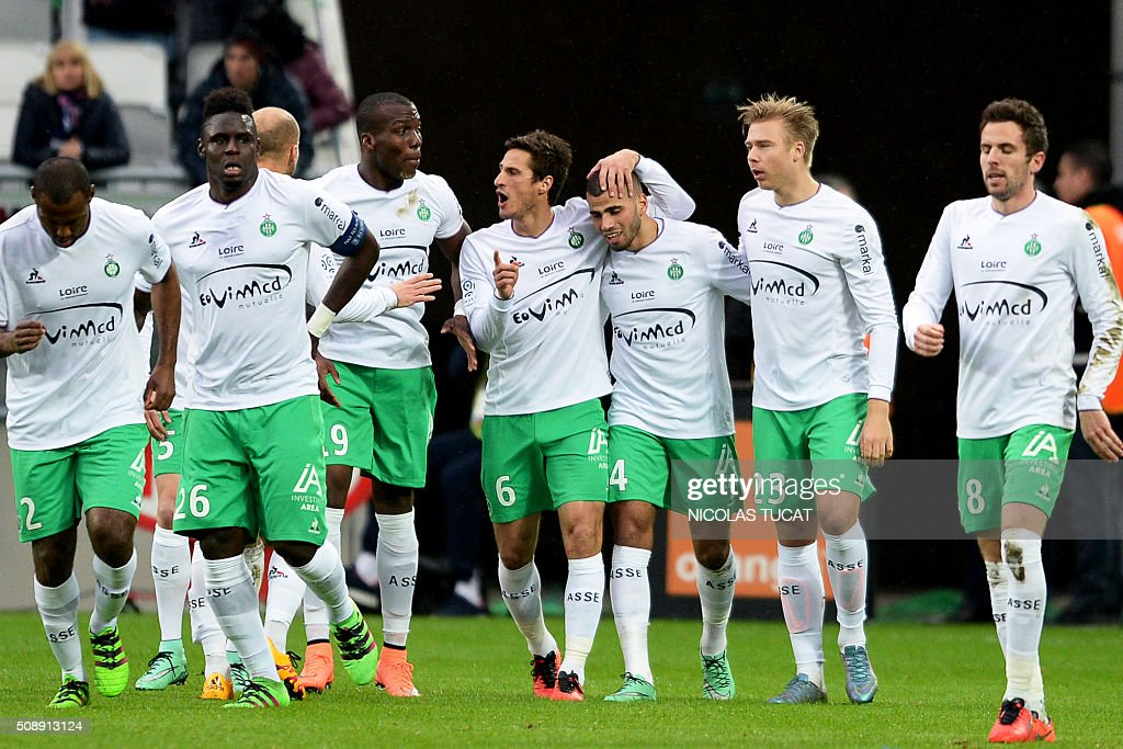 Saint-Etienne's players celebrate after scoring a goal during the French L1 football match between Bordeaux (FCGB) and Saint-Etienne (ASSE) on February 7, 2016, at the Matmut Atlantique stadium in Bordeaux, southwestern France. AFP PHOTO / NICOLAS TUCAT / AFP / NICOLAS TUCAT