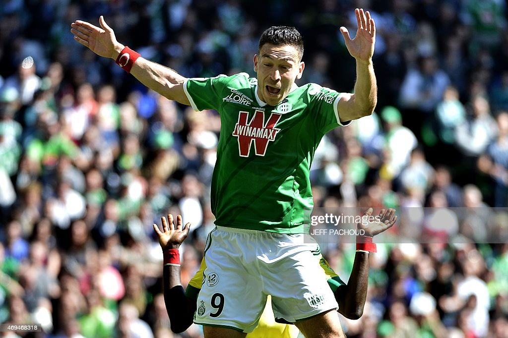 Saint-Etienne's Turkish forward Mevlut Erding (C) vise with Nantes' Senegalese defender Papy Mison Djilibodji (behind) during the French L1 football match Saint-Etienne (ASSE) vs Nantes (FCN) on April 12, 2015 at the Geoffroy Guichard Stadium in Saint-Etienne, central France.