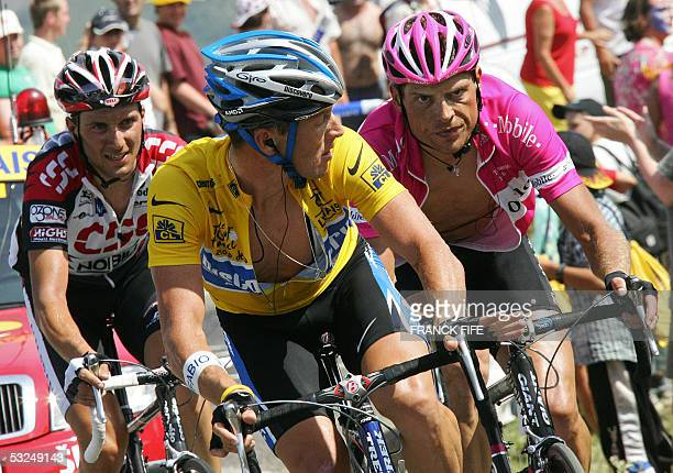 Yellow jersey US Lance Armstrong watches German Jan Ullrich as he is followed by Italian Ivan Basso during the 15th stage of the 92nd Tour de France...