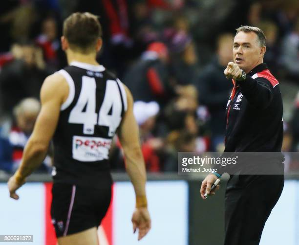 Saints head coach Alan Richardson points the finger while speaking to Maverick Weller of the Saints during the round 14 AFL match between the St...