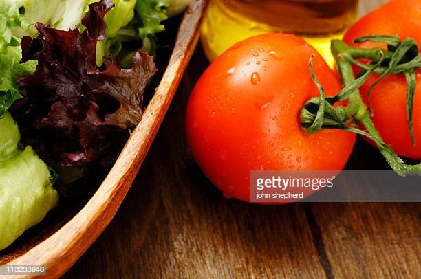 Bol de salade, un mélange de feuilles, de tomates de vigne
