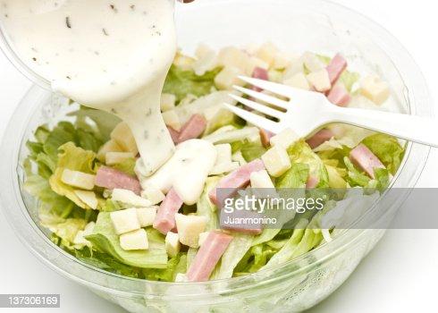 サラダ、ビットのハムとドレッシングを浴びている