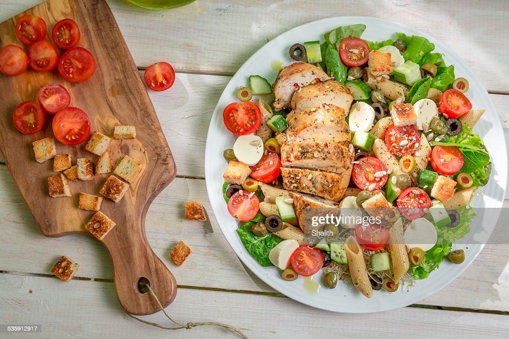 Ensalada de pollo y verduras : Foto de stock