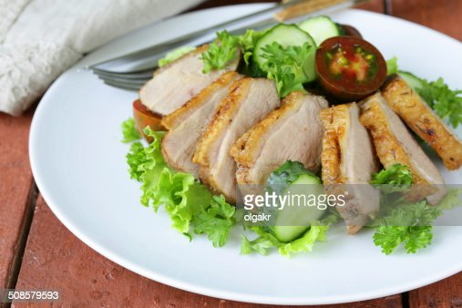 salad with grilled duck fillet, tomato and green lettuce : Bildbanksbilder