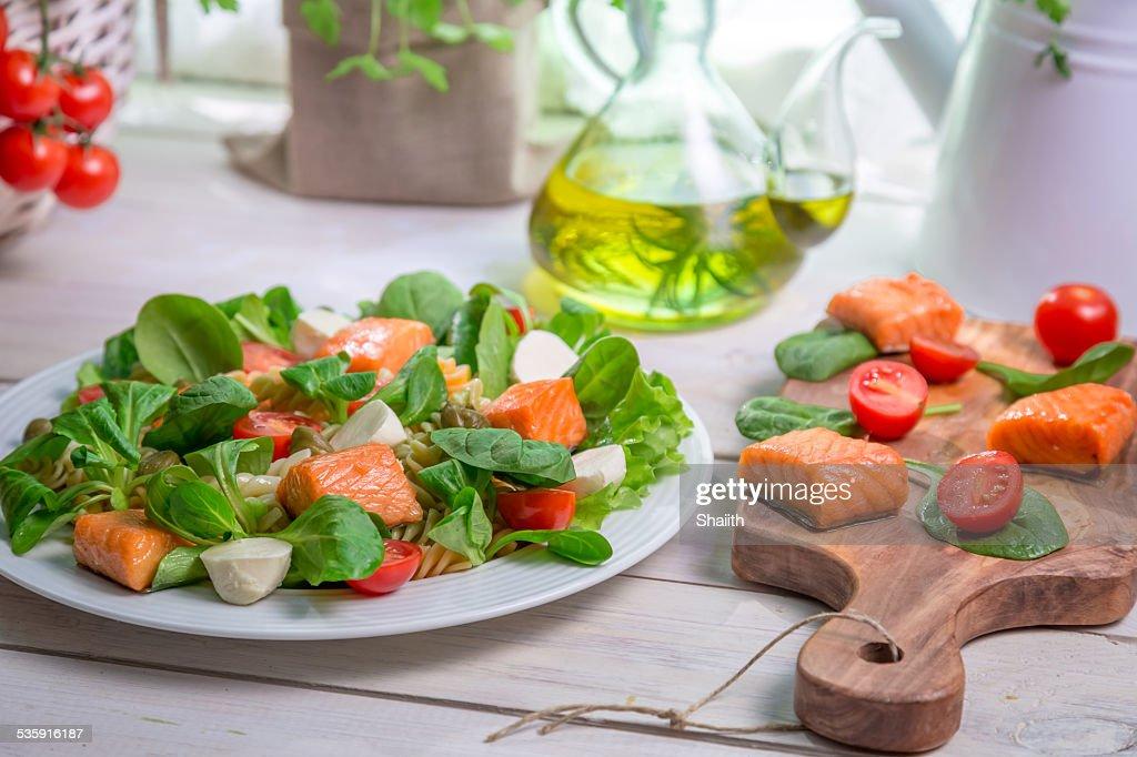 Ensalada de salmón, espinacas y mozzarella : Foto de stock