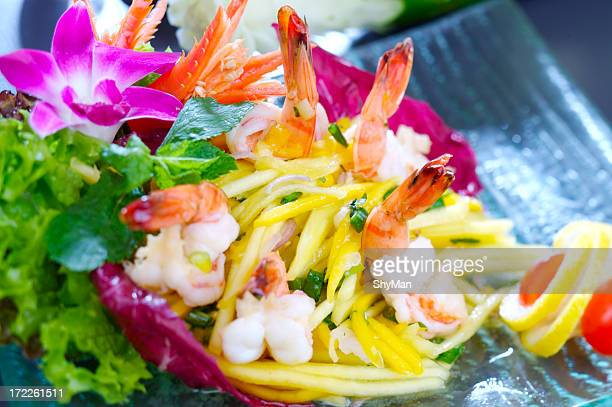 Salad with shrimps, mango and mint