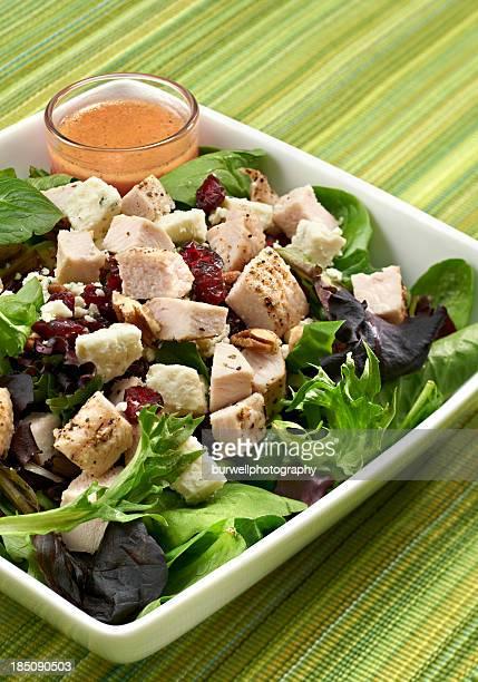 Salade avec de la dinde, noix et canneberges