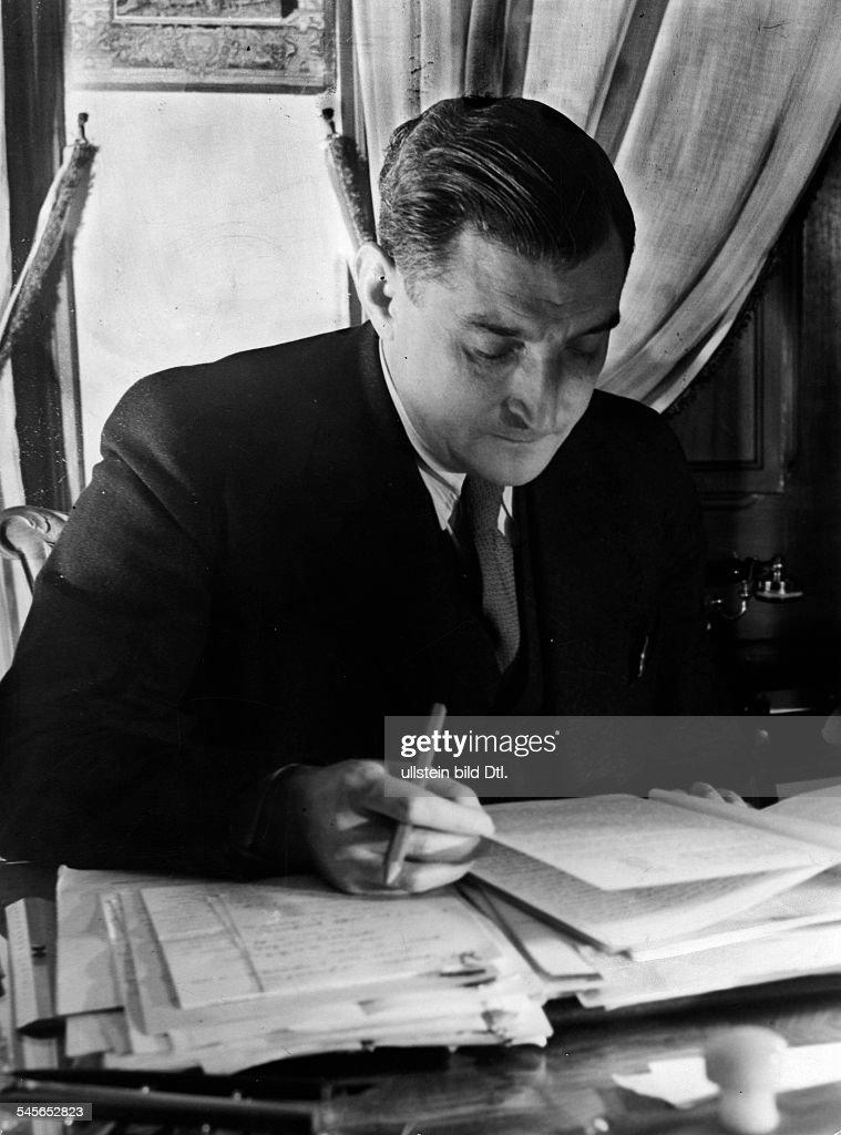 Salazar, Antonio de Oliveira *28.04.1889-+Politiker, PortugalMinisterpraesident 1932-1968Portrait am Schreibtisch- 1941