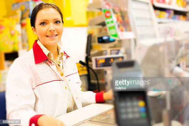 sales clerk in einem cash register im Supermarkt