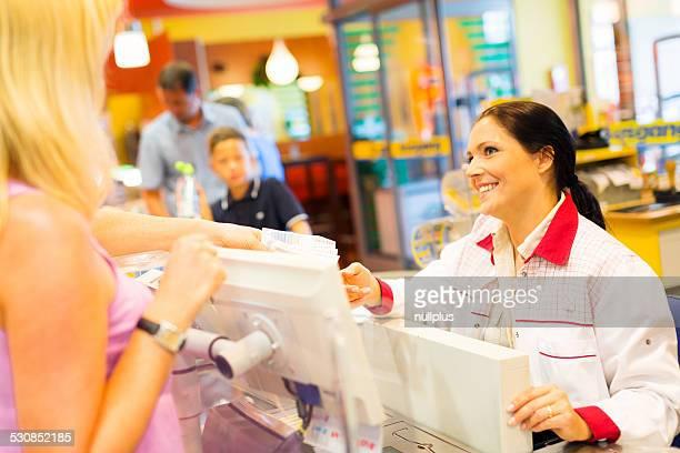 sales clerk in einem cash register im Supermarkt