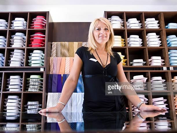 Employé de magasin dans le magasin de vêtements