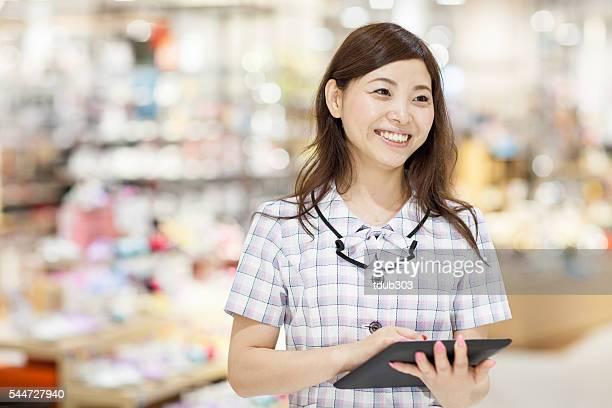 Employé de magasin à l'aide d'une tablette numérique dans le magasin
