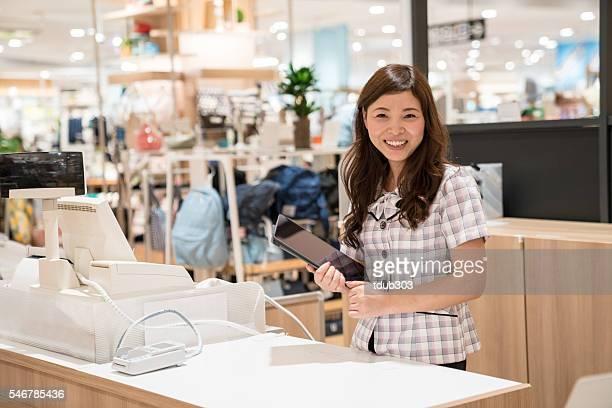 Aushilfsverkäufer mit einem Digitaltablett im Kaufhaus