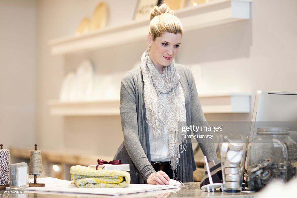 Sales clerk using computer : Stockfoto