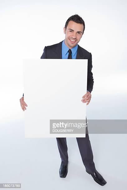 Hombre con tarjeta en blanco de ventas
