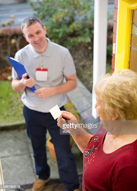 Verkäufer geben Frau seine Karte
