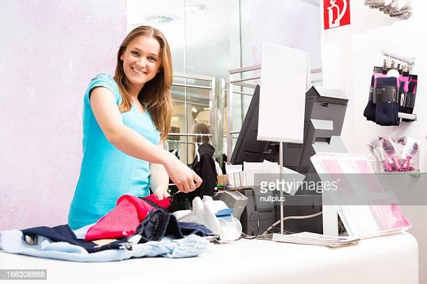 Verkäufer stehen im cash register in Mode speichern