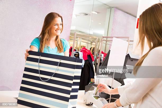 Verkäufer stehen im cash register, mit Kunden