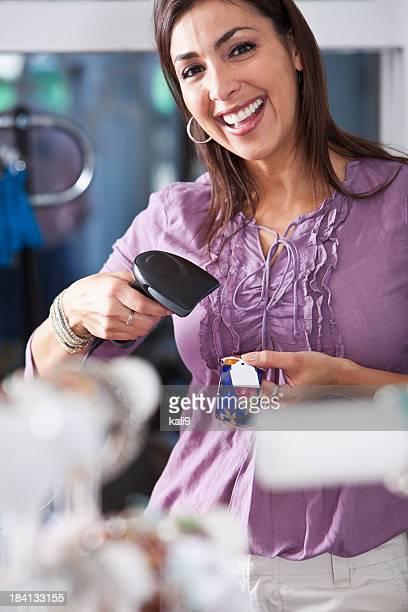 Saleswoman Scannen Ware