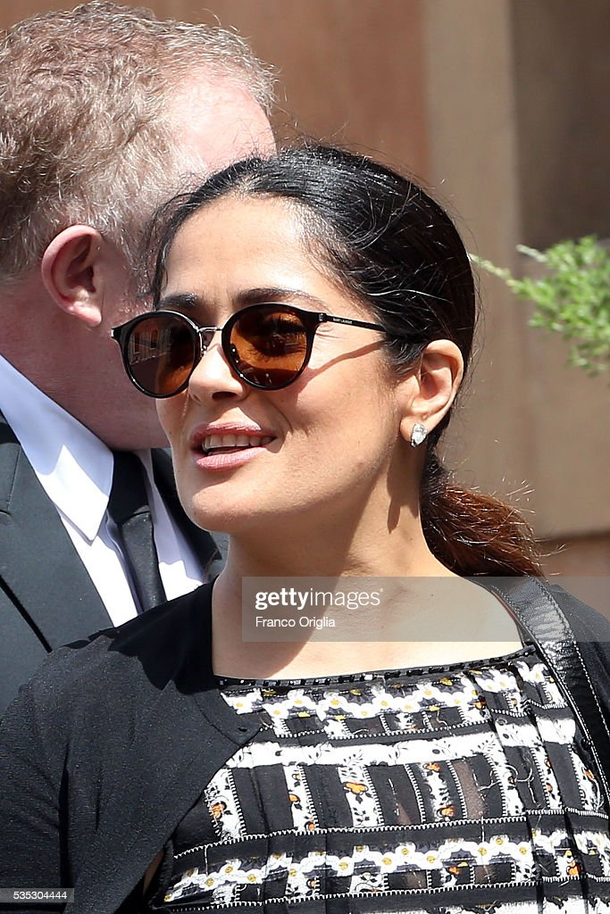 <a gi-track='captionPersonalityLinkClicked' href=/galleries/search?phrase=Salma+Hayek&family=editorial&specificpeople=201844 ng-click='$event.stopPropagation()'>Salma Hayek</a> arrives at 'Un Muro o Un Ponte' Seminary held by Pope Francis at the Paul VI Hall on May 29, 2016 in Vatican City, Vatican.