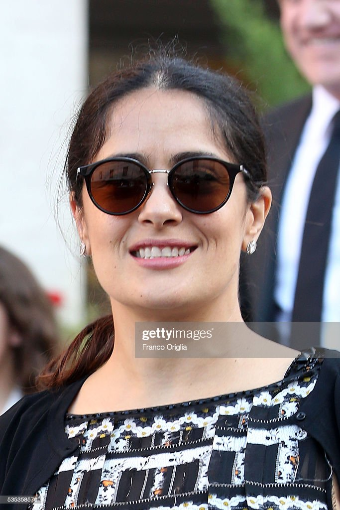 <a gi-track='captionPersonalityLinkClicked' href=/galleries/search?phrase=Salma+Hayek&family=editorial&specificpeople=201844 ng-click='$event.stopPropagation()'>Salma Hayek</a> leaves at the end of 'Un Muro o Un Ponte' Seminary held by Pope Francis at the Paul VI Hall on May 29, 2016 in Vatican City, Vatican.