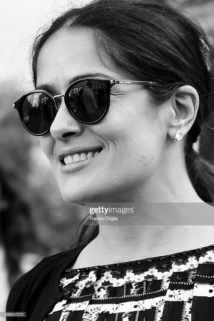 <a gi-track='captionPersonalityLinkClicked' href=/galleries/search?phrase=Salma+Hayek&family=editorial&specificpeople=201844 ng-click='$event.stopPropagation()'>Salma Hayek</a> (sunglasses detail) leaves at the end of 'Un Muro o Un Ponte' Seminary held by Pope Francis at the Paul VI Hall on May 29, 2016 in Vatican City, Vatican.
