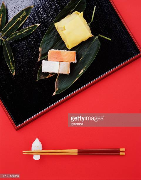 Handgepresstem sushi mit Lachs und Meerbrasse auf rotem Hintergrund