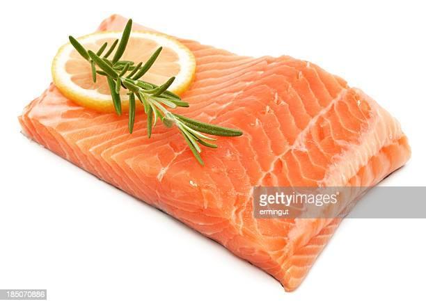 Filet de saumon, isolé sur blanc avec herbes et au citron