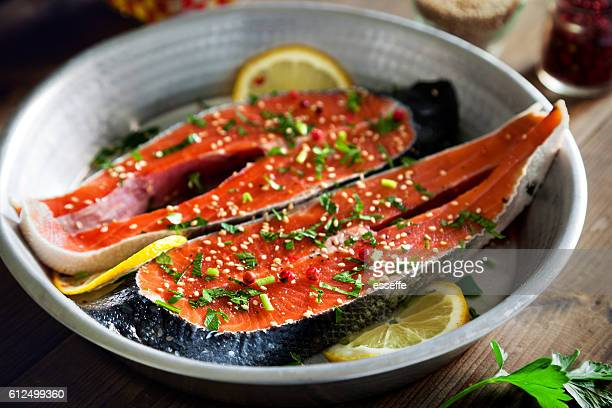 Salmon slices seasoned with lemon, sesame oil and parsley