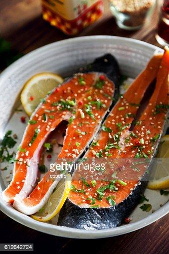 Salmon slices seasoned with lemon, sesame oil and parsley