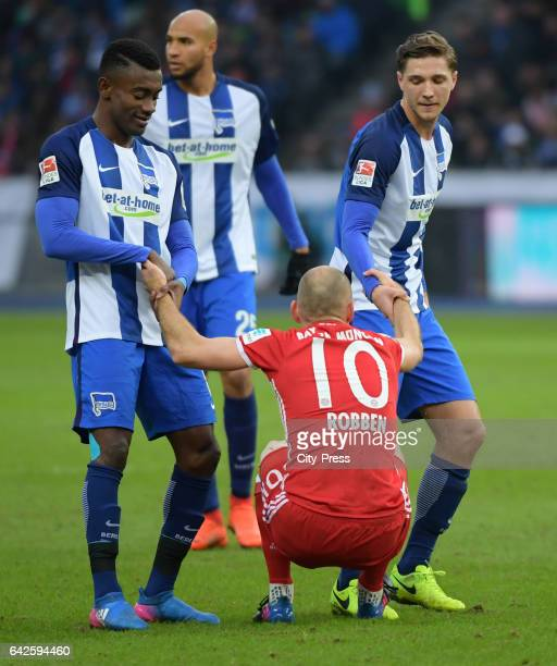 Salomon Kalou of Hertha BSC Arjen Robben of FC Bayern Muenchen and Niklas Stark of Hertha BSC during the game between Hertha BSC and dem FC Bayern...