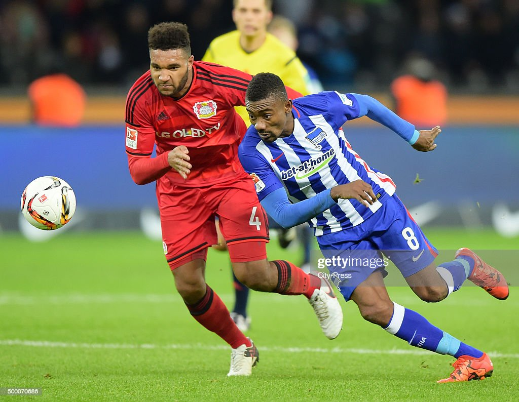 <a gi-track='captionPersonalityLinkClicked' href=/galleries/search?phrase=Salomon+Kalou&family=editorial&specificpeople=453312 ng-click='$event.stopPropagation()'>Salomon Kalou</a> of Hertha BSC handles the ball against <a gi-track='captionPersonalityLinkClicked' href=/galleries/search?phrase=Jonathan+Tah&family=editorial&specificpeople=7917859 ng-click='$event.stopPropagation()'>Jonathan Tah</a> of Bayer 04 Leverkusen during the game between Hertha BSC and Bayer 04 Leverkusen on december 5, 2015 in Berlin, Germany.
