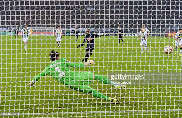 Salomon Kalou of Hertha BSC scores the 32 against Yann Sommer of Borussia Moenchengladbach during the match between Borussia Moenchengladbach and...