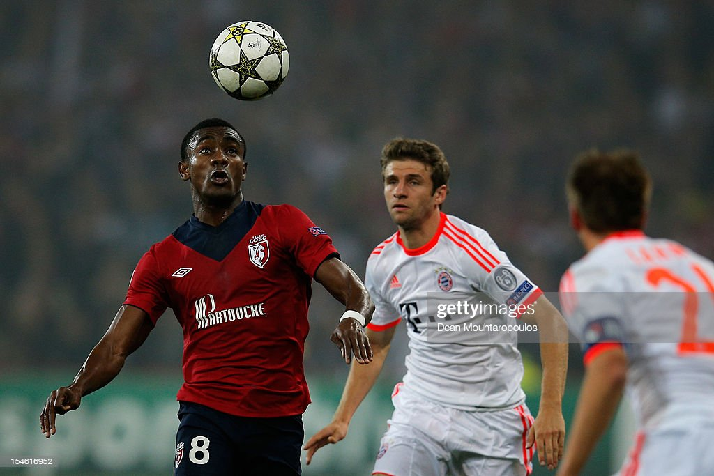 <a gi-track='captionPersonalityLinkClicked' href=/galleries/search?phrase=Salomon+Kalou&family=editorial&specificpeople=453312 ng-click='$event.stopPropagation()'>Salomon Kalou</a> of Lille controls the ball in front of Thomas Muller of Bayern Munich during the Group F UEFA Champions League match between OSC Lille and FC Bayern Muenchen at Grand Stade Lille Metropole on October 23, 2012 in Lille, France.