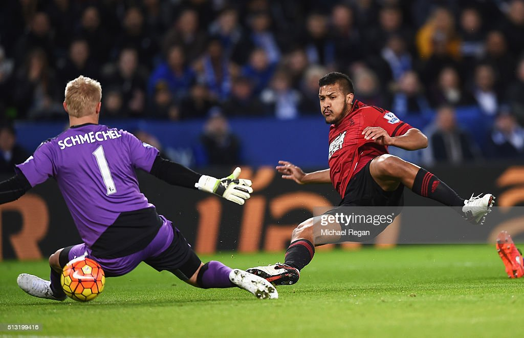 Salomon Rondon of West Bromwich Albion scores his team's first goal past <a gi-track='captionPersonalityLinkClicked' href=/galleries/search?phrase=Kasper+Schmeichel&family=editorial&specificpeople=2309352 ng-click='$event.stopPropagation()'>Kasper Schmeichel</a> of Leicester City during the Barclays Premier League match between Leicester City and West Bromwich Albion at The King Power Stadium on March 1, 2016 in Leicester, England.