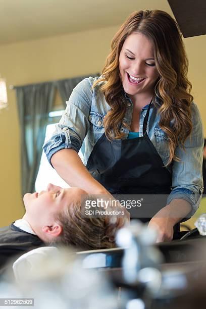 Salon shampooing fille Se laver les cheveux de client au cours de coiffure rendez-vous