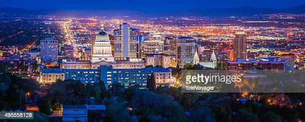 ソルトレイクシティのダウンタウンのランドマークのパノラマに広がる輝くユタ米国の夕暮れ