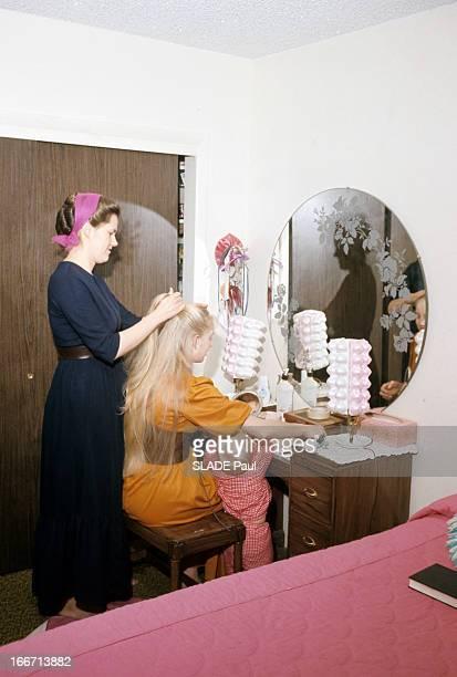 Salt Lake City Mormons Utah Dans l'Utah dans une communauté mormone dans une chambre une femme avec les cheveux coiffés et tenus dans un filet debout...