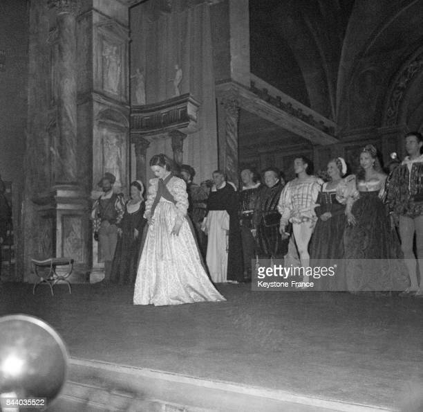 Salut sur scène des comédiens après la première de la pièce 'Dommage qu'elle soit une putain' à Paris France en mars 1961