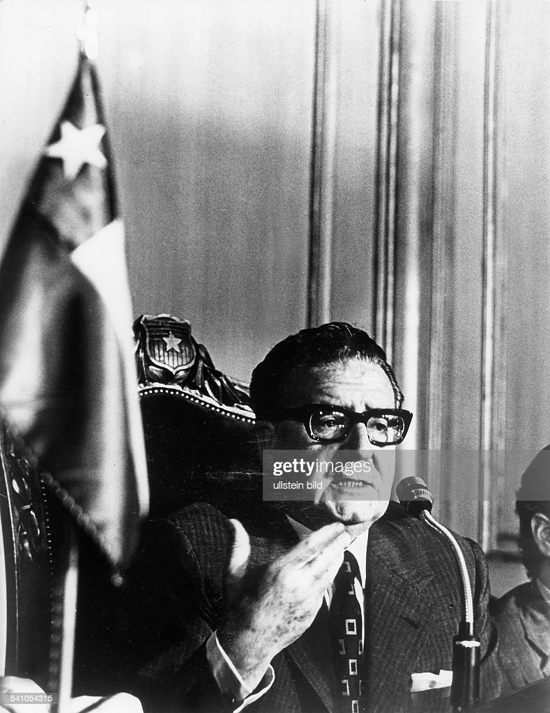 <a gi-track='captionPersonalityLinkClicked' href=/galleries/search?phrase=Salvador+Allende&family=editorial&specificpeople=220786 ng-click='$event.stopPropagation()'>Salvador Allende</a>*-+Politiker, Sozialisten, ChileStaatspräsident 1970-1973während einer Rede am Mikrophon- 1973